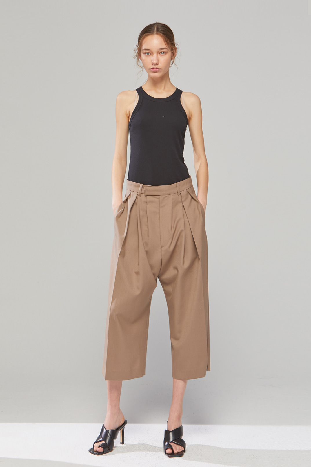 DEMERE LIGHT-WOOL TUCK SHORTS (DARK BEIGE)